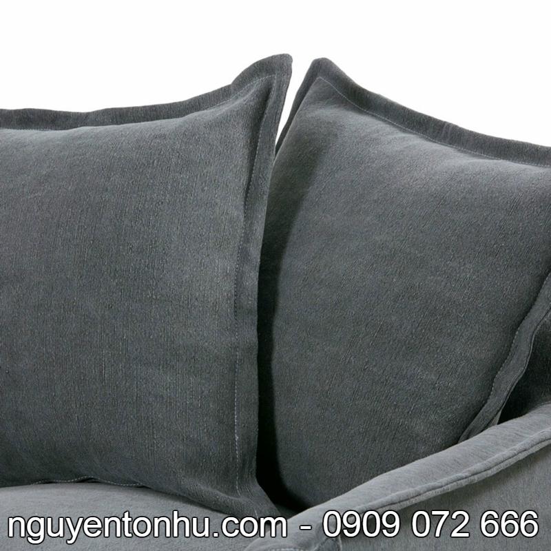 Mẫu sản phẩm ghế ngồi sofa cao cấp với thiết kế sang trọng này được làm từ các chất liệu chính như gỗ bạch dương và vải cotton. Mẫu ghế sofa này gồm có các bộ phận chính như bề mặt ghế ngồi, phần tựa lưng, tay vịn hai bên và các gối ôm đi kèm bộ sản phẩm. Chất liệu gỗ dùng làm phần chân của mẫu sản phẩm ghế sofa này là gỗ bạch dương. Chất liệu gỗ bạch dương là một loại gỗ tốt, rất phù hợp với khí hậu ở Việt Nam, rất phù hợp với thói quen sử dụng đồ gỗ của người Việt Nam. Gỗ bạch dương có các đặc điểm nổi bật như dễ gia công, xẻ sấy vì là loại gỗ mềm nhẹ, do rất dễ bắt sơn và màu nhuộm nên khá nhiều người dùng yêu thích vì giá gỗ rẻ và tốn ít thời gian để tạo ra thành phẩm. Phần đệm ngồi của mẫu sản phẩm ghế sofa phòng khách này có lớp vỏ bên ngoài được làm từ vải cotton. Vải cotton là chất liệu được dùng phổ biến nhất trong ngành công nghiệp may mặc. Vải cotton có các đặc điểm nổi bật và vượt trội như chất lượng rất tốt, khả năng thấm hút mồ hôi tốt, đa dạng, có độ bền cực cao, khi giặt đem đi phơi vải cotton khô rất nhanh – đây là một ưu điểm nổi bật của sản phẩm. Ngoài ra vải cotton còn có khả năng hút ẩm tốt, khả năng hạ nhiệt và làm mát cơ thể.